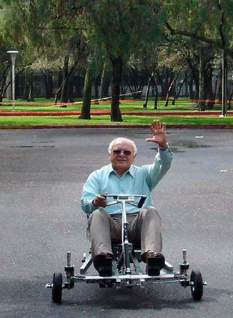 Dr. Omar conduciendo un prototipo impulsado por H2